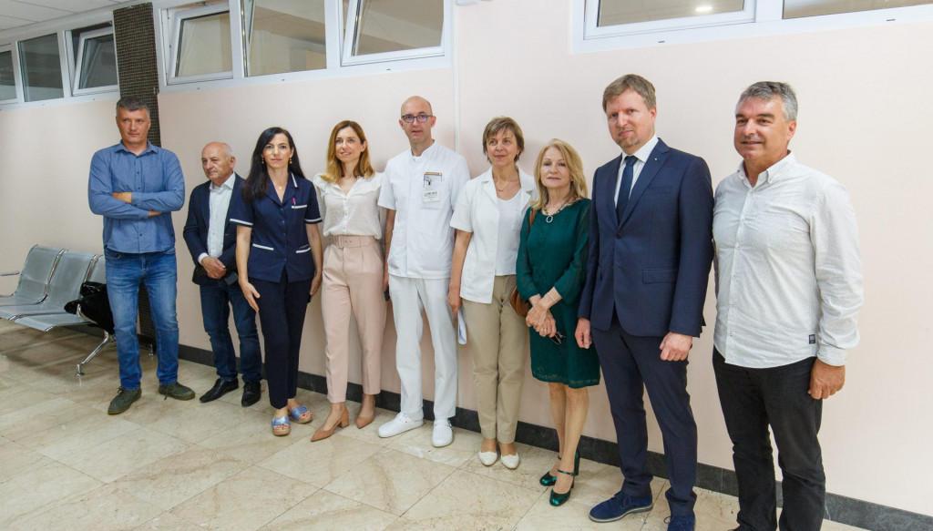 Predstavnici Rotary klubova i KBC-a Split prilikom uručenja donacije