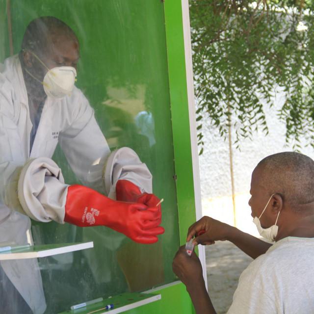 Testiranje na koronavirus ispred jedne od nigerijskih bolnica