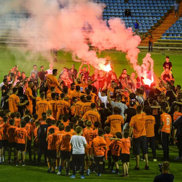 <br /> Proslava ulaska HNK Sibenik u Prvu HNL na kojoj igraci i navijaci zajedno slave na travnjaku stadiona.<br />