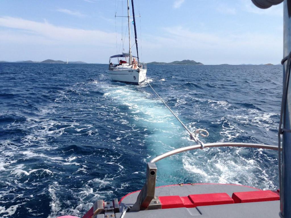 Plovilo opremljeno za tegljenje