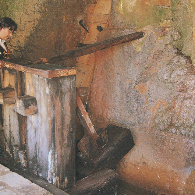 Obnovljena stupa u Etno selu na Skradinskom buku