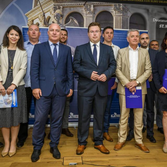 Ministar regionalnoga razvoja i fondova Europske unije Marko Pavic urucio je predstavnicima gradova i opcina Sibensko-kninske zupanije ugovore o dodjeli bespovratnih nacionalnih i EU sredstava.<br />