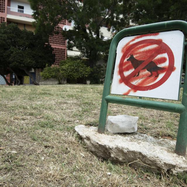 Znak o zabrani šetanja pasa je - išaran