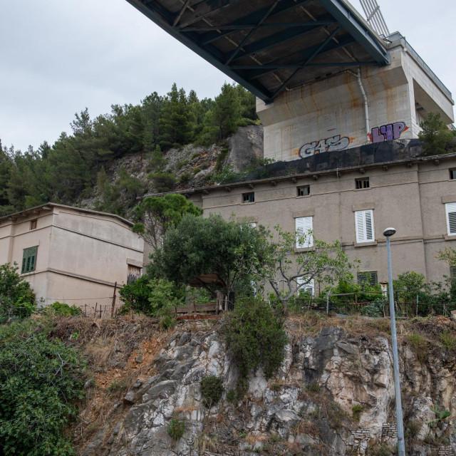 Željeznička zgrada ispod Mosta dr Franja Tuđmana namijenjena je beskućnicima i drugima u socijalnoj potrebi