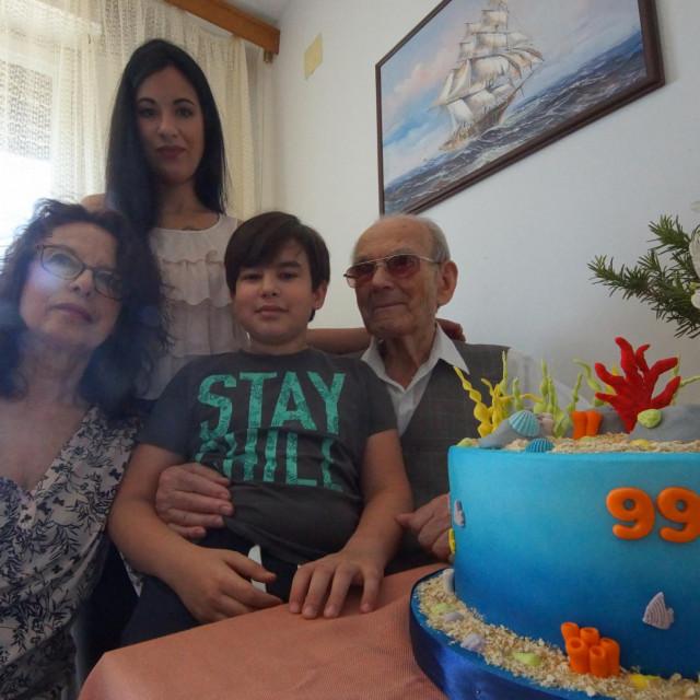 Ante Beban u krilu drži paunuka Ivana, unuka Inka (stoji) i kći Nives (prva slijeva)