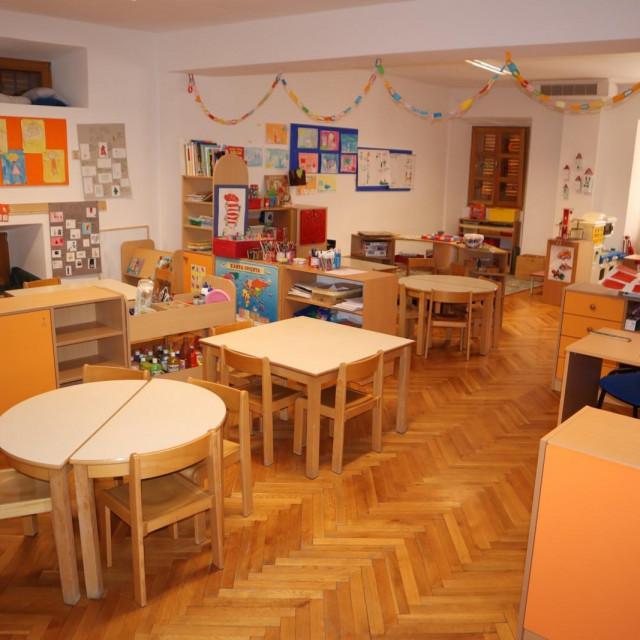 Dječji vrtići Dubrovnik podijeljeni su na dvije ustanove - Dječji vrtić Pčelica sa sjedištem u Mokošici, te Dječji vrtići Dubrovnik, sa smanjenim upisnim kvotama i sjedištem u DV Palčica.