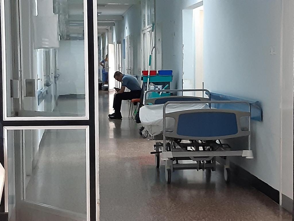 Jozu Čabraju jedan policajac čuva ispred vrata bolničke sobe, dok je drugi na balkonu