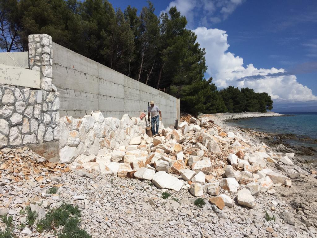 Visoki zid betonira se na plaži