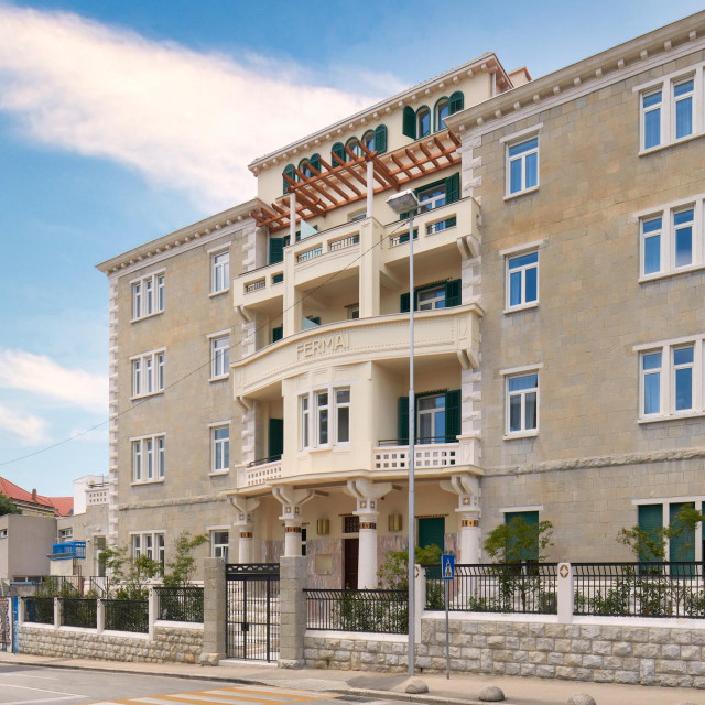 Hotel Fermai smješten je u nekašnjoj zgradi Rektorata Sveučilišta u Splitu