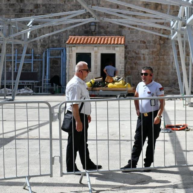 Županijska lučka uprava Dubrovnik zaustavila je radove na postavljanju Hajdarhodžićevih nadstrešnica