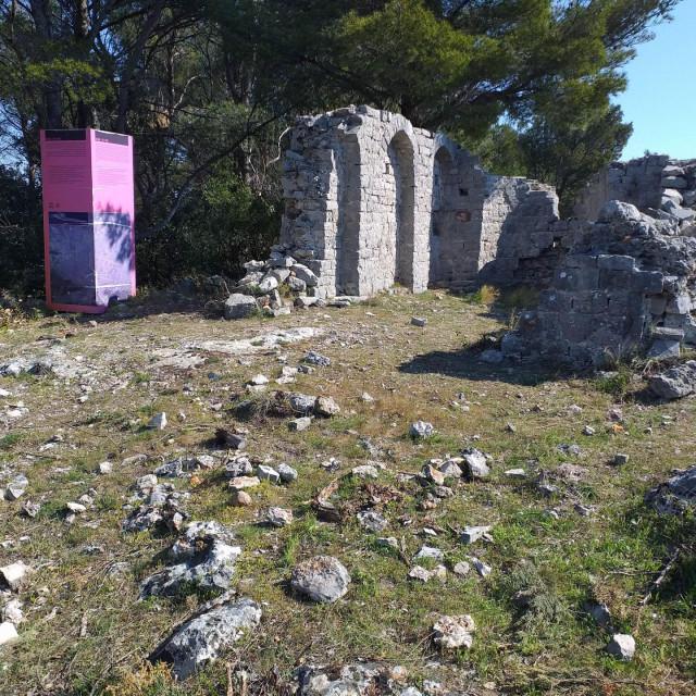 Ostaci predromaničke crkvice sv. Vida na Humu kod Vrbanja