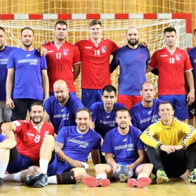 Igrači RKHM Dubrovnik, bivši i sadašnji, uoči utakmice u Gospinom polju, koja je odigrana u spomen na Iva Lučića i Ivicu Soprana, pokojne članove kluba foto: Božo Radić/HANZA Media