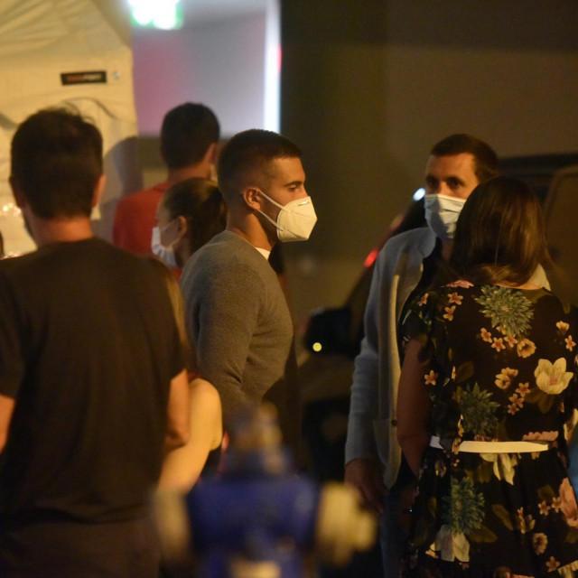 Zadar, 210620<br /> Teniske zvijeze, sudionici Adria tour turnira u Zadru, veceras su se testirale na koronavirus ispred zgrade poliklinike i Zavoda za javno zdravstvo u Zadru gdje ih je docekao glavni epidemiolog zadarske zupanije dr. Alan Medic.<br /> Na fotografiji: Borna Coric.<br />