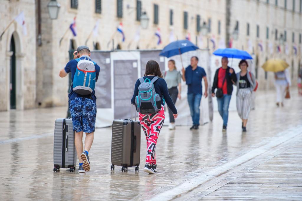 Praznička šetnja Stradunom unatoč kiši i novoj prijetnji koronavirusa