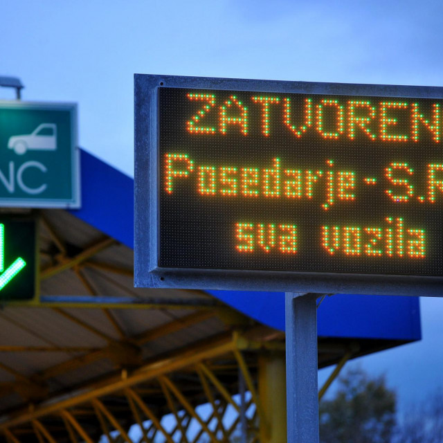 Posedarje, Zadar, 141117.<br /> Dionica autoceste A1 izmedju cvorova Maslenica i Sv. Rok je zbog jake bure od jutra zatvorena za sav promet.<br /> Na fotografiji: naplatne postaje u Posedarju.<br />