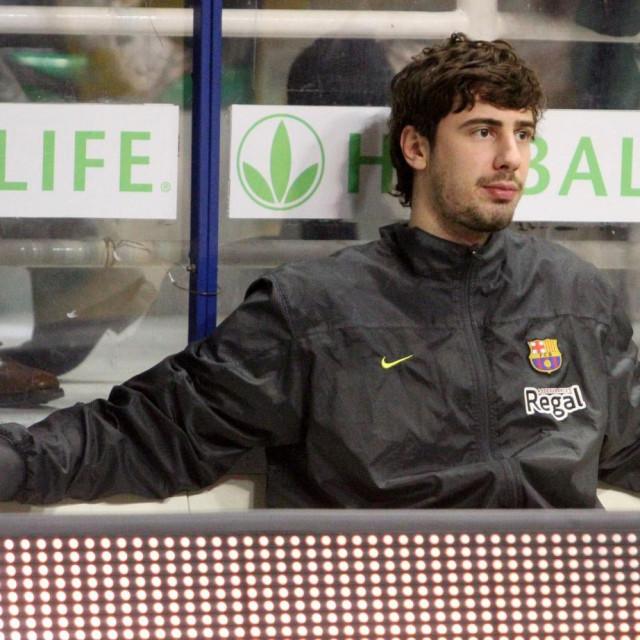 Ante Tomić, košarkaš Barcelone na klupi u Sieni 2013. godine. Zbog ozljede propustio je euroligaški ogled protiv Montepaschija foto: Tonči Vlašić