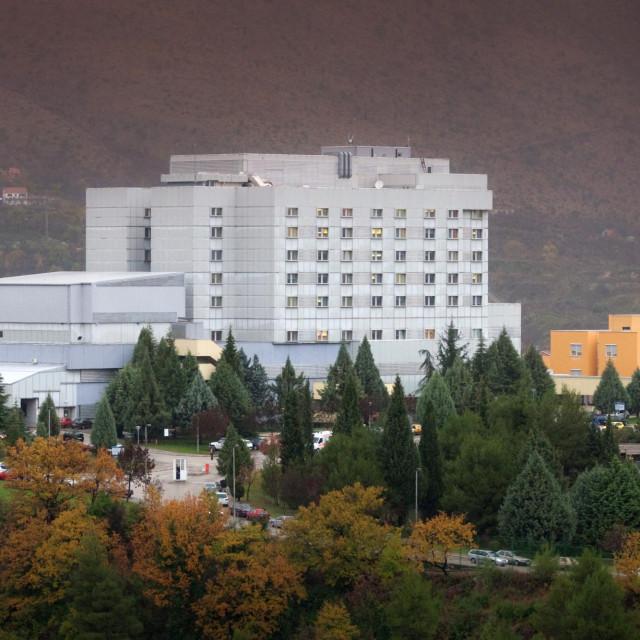 Mostar, 011210. Bolnica u Mostaru jedna je od modernijih i opremljenih ustanova toga tipa u sirem okruzenju. Zgrada bolnice na Bilom Brigu.