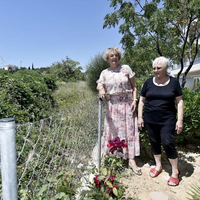 Predstavnica stanara Mirjana Burger i Anka Korda pored ograde koja dijeli njihovo dvorište od parcele