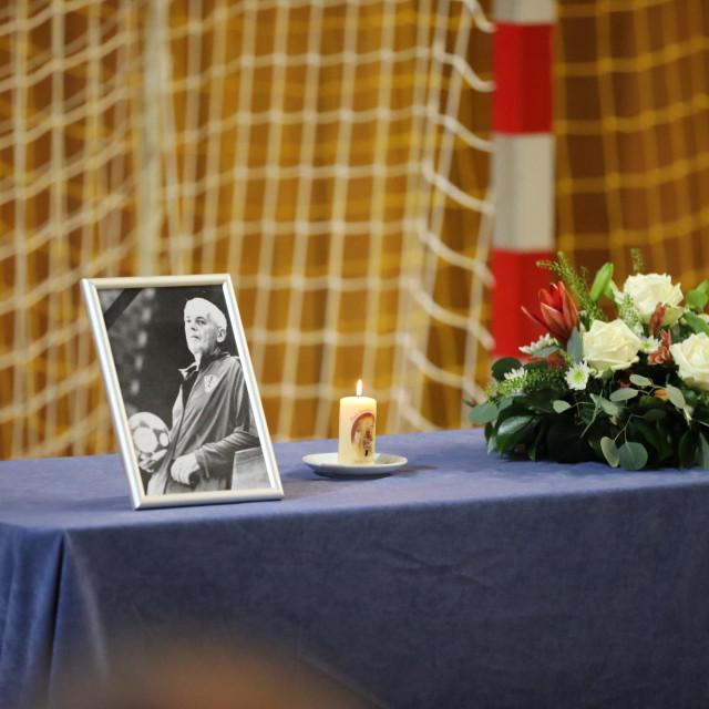 Uspomena na Sinišu Bačića - slika, svijeća i cvijeće ispred gola u Sportskoj dvorani u Gospinom polju foto: Božo Radić/HANZA Media