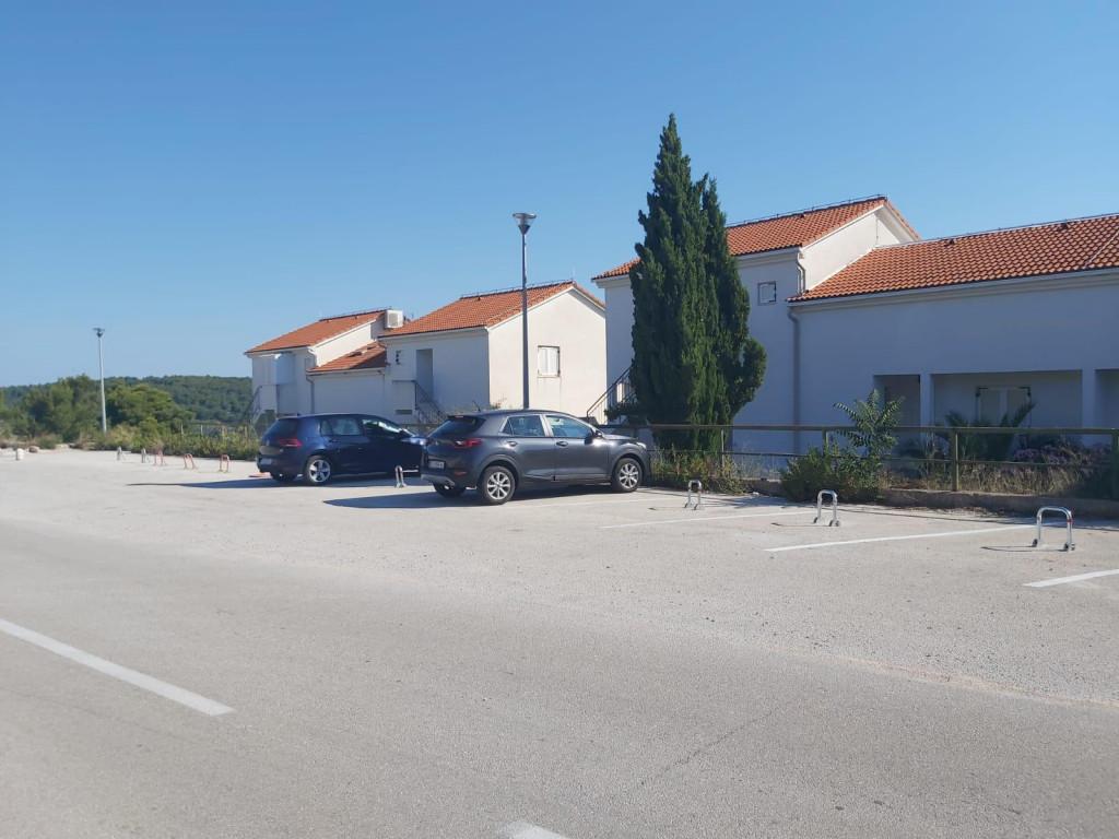 Ovakvo ponašanje na parkiralištu nije primjereno današnjem Nečujmu i Šolti<br />