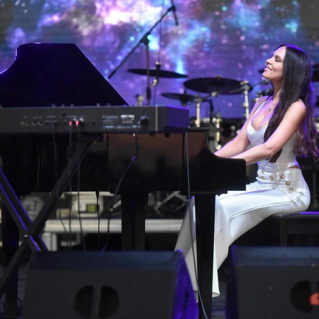Prva vecer Adria toura zavrsila je koncertom pijanistice Lole Astanove i Gibonnija, a u prvom redu uz ogradu s obozavateljima, u koncertu su uzivali Novak Djokovic, njegov brat Djordje, Olga Danilovic i Donna Vekic.