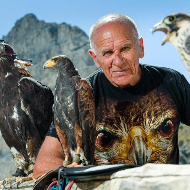 Marijan Žižanović sa svojim pticama, orlom, jastrebom i sokolom