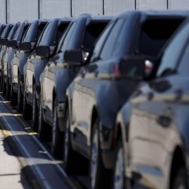 Mnoga vozila koja su se inače iznajmljivala preko rent-a-car firmi sad stoje neregistrirana u ograđenim dvorištima.