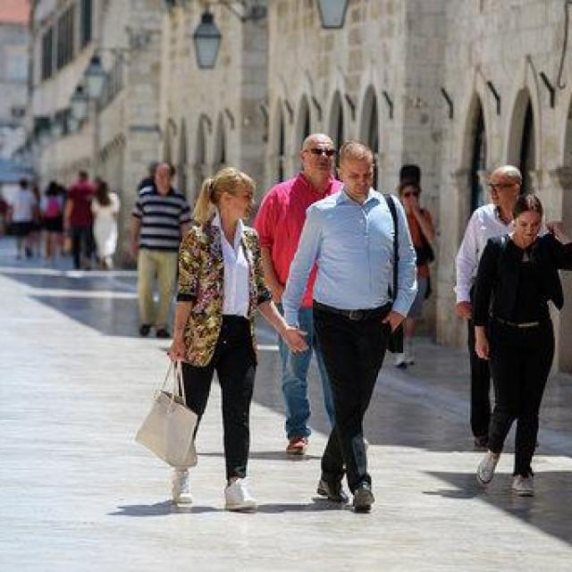 Dubrovnik, 28.06.2020.<br /> Nakon prisustvovanja misi u 11 h u Franjevackoj crkvi Male Brace nositeljica liste za X izbornu jedinicu gospodja Bruna Esih sa suradnicima iz Koalicije Desna liga (NHR-HSP-Generacija obnove) prosetala je stradunom<br />