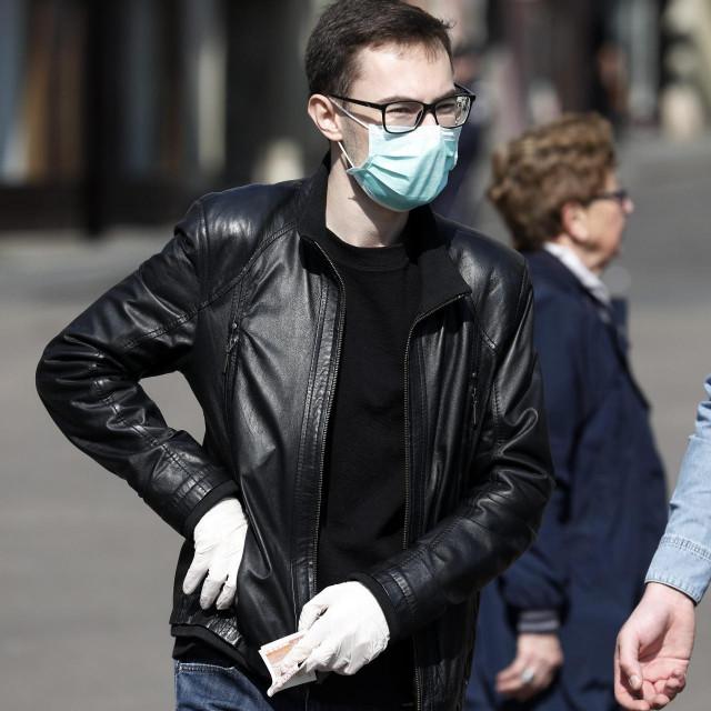 Zagreb, 180320.<br /> Trg bana Jelacica.<br /> Sve vise gradjana nosi maske tijekom boravka na javnom mjestu kako bi sprijecili mogucu zarazu koronavirusom.<br /> Na fotografiji: gradjani s maskom na licu.<br />