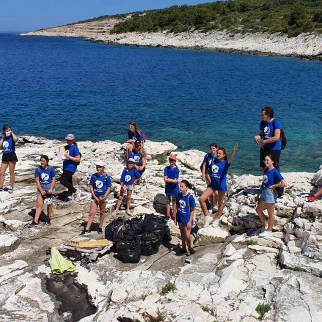 Rogoznički pučkoškolci sudjelovali su u ekoakciji čišćenja rogozničkih otočića