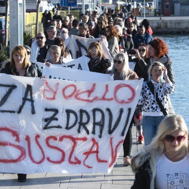 """U Splitu je u siječnju ove godine održan mimohod od Željezničkog kolodvora do Šperuna pod nazivom """"Pravda za sve, otpor sustavu"""". Njime se željelo skrenuti pažnju na neučinkovitost državnih institucija u borbi s kriminalom"""