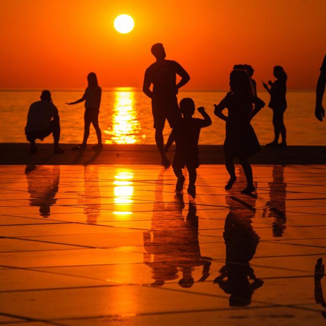 Zalazak sunca sa Poluotoka ispratili brojni Zadrani i njihovi gosti.<br /> Na fotografiji: uživanje u zalasku sunca sa zadarske rive