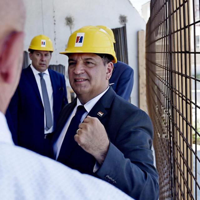 Split, 300620.<br /> Ministar zdravstva Vili Beros posjetio je gradiliste nove trafo stanice na Sucidru.Ministra je docekao gradonacelnik Andro Krstulovic Opara i delegacija HEP-a.<br /> Na fotografiji: Vili Beros na gradilistu<br />