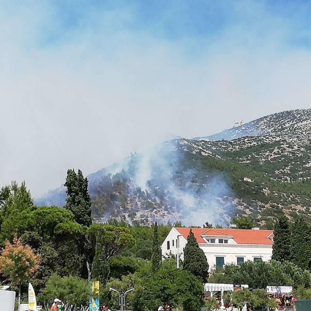 požar u Kučištu, vatrogascima pomažu i kanaderi