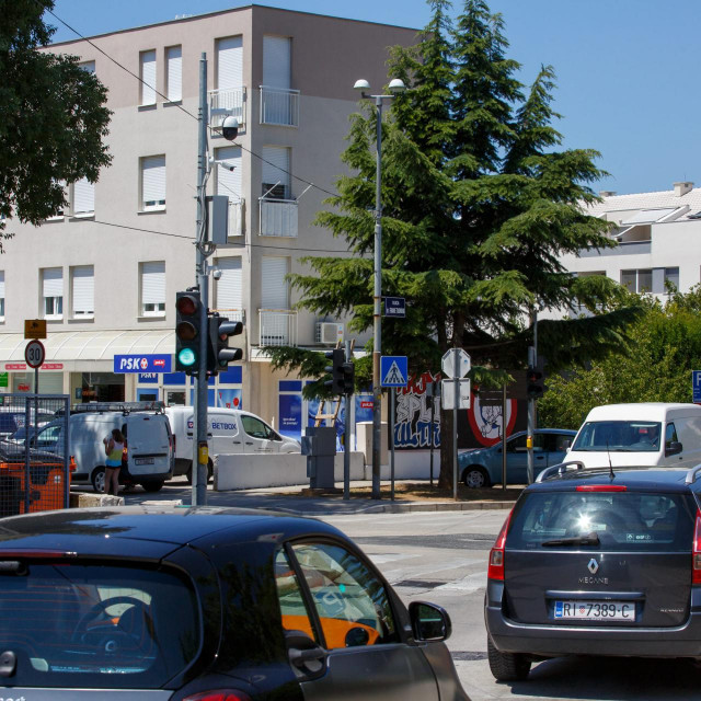 Kamera na križanju Kralja Zvonimira i Franje Tuđmana snima nepravilno parkirane automobile