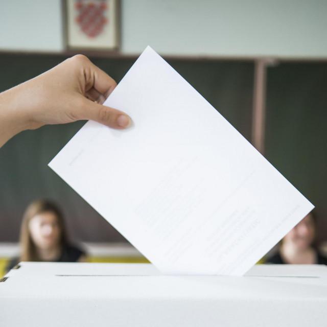 Sibenik, 040617.<br /> Lokalni izbori 2017.<br /> Gradjani glasuju na lokalnim izborima na birackom mjestu na Baldekinu.<br />