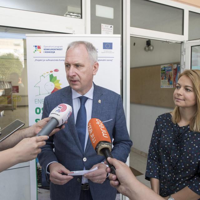 Gradonačelnik Andro Krstulović Opara i zamjenica Jelena Hrgović Tomaš ispred OŠ 'Skalice'