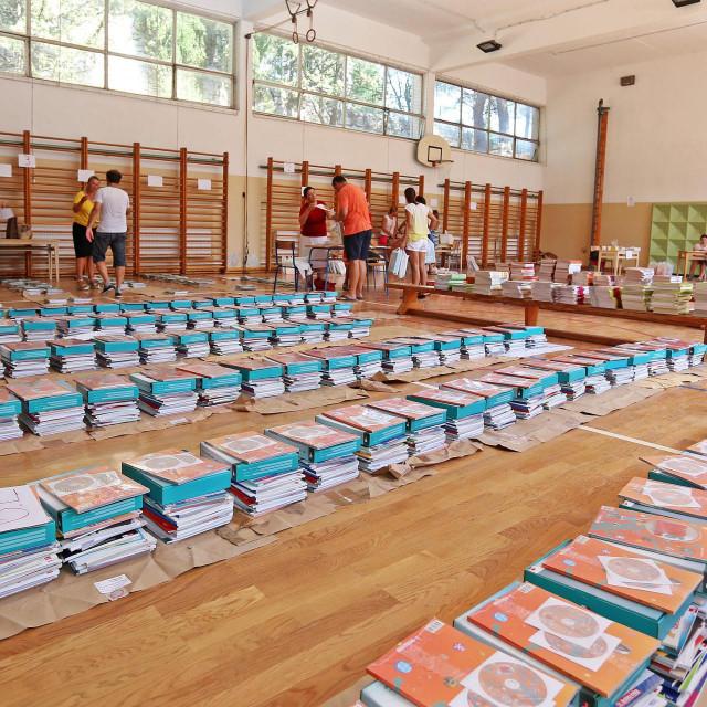 Nastavni materijali dočekat će školarce na klupama