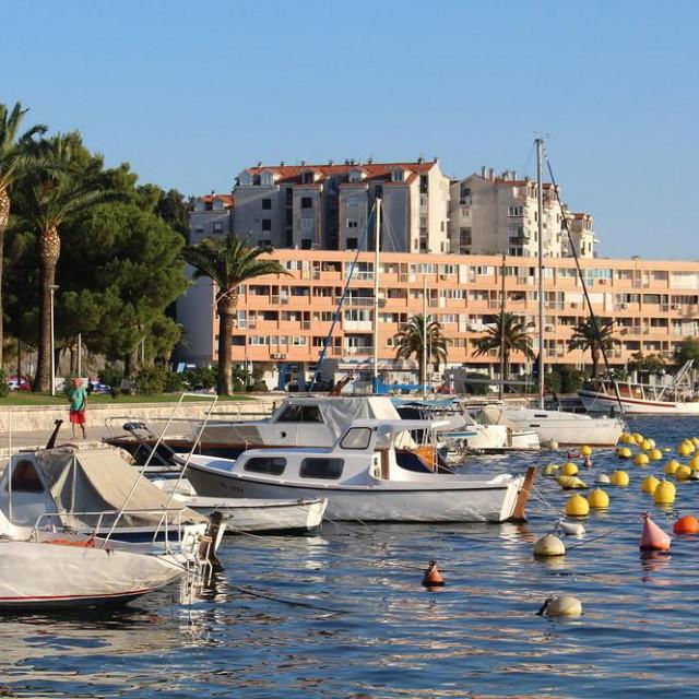 Obalu su gradili sami mještani samodoprinosima osamdesetih godina prošloga stoljeća