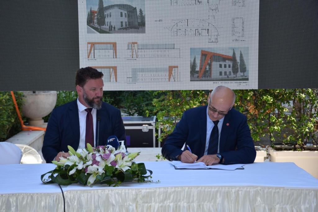 Potpisana je suradnja Grada Korčule i Sveučilišta u Dubrovniku za studije Nautike, Brodostrojarstva i Poslovne ekonomije smjer Turizam, između gradonačelnika Korčule Andrije Fabrisa i rekotora UNIDU-a Nikše Buruma.