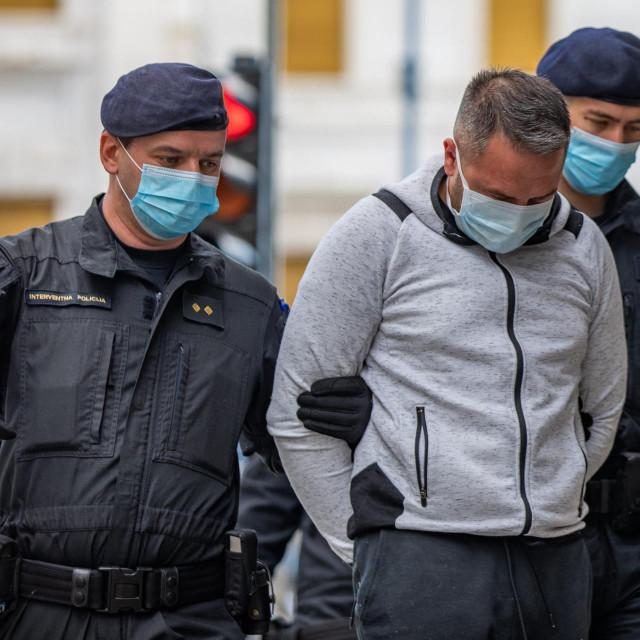 Rijeka, 290520.<br /> Interventna policija dovodi osumnjicenike u slucaju bankomati na ispitivanje u drzavno odvjetnisto.<br /> Na fotografiji: osumnjicenici u pratnji policije.<br />