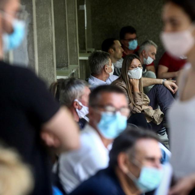 Natiskani Beograđani pred Infektivnom klinikom