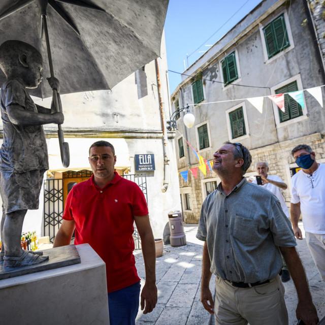 """Djelatnici ljevanovice Ujević u petak, 3.srpnja postavili su kip """"Dječak sa kisobranom"""", rad akademskog kipara Kazimira Hraste, na trg ispred crkve sv. Barbare<br />"""