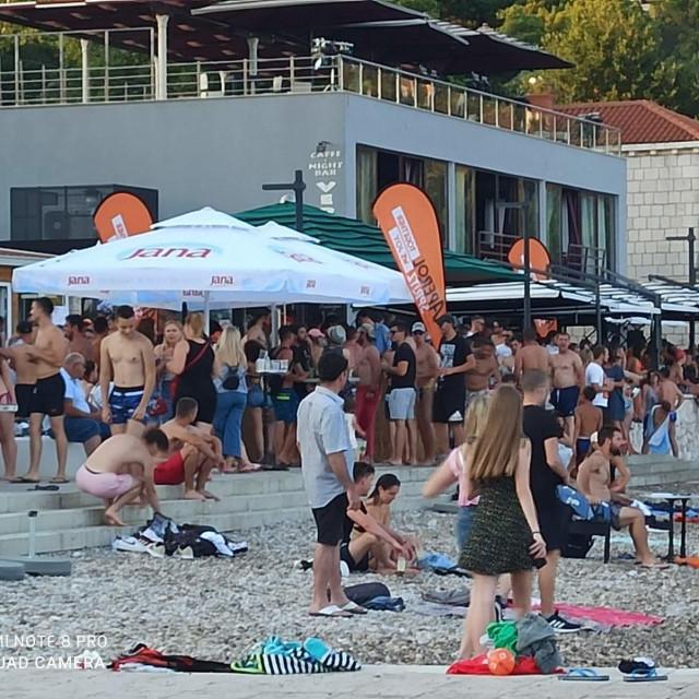 Zabava u Srebrenom uz pravi ljetni ugođaj, plažu i piće
