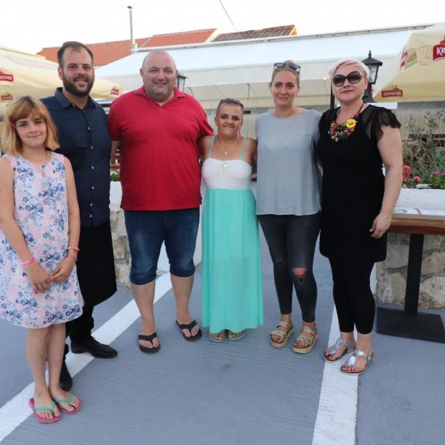 Viktoria (lijevo), Luka, Goran, Daniela, Mihaela i Marjana (desno) ispred virskog bistroa Kaleta.