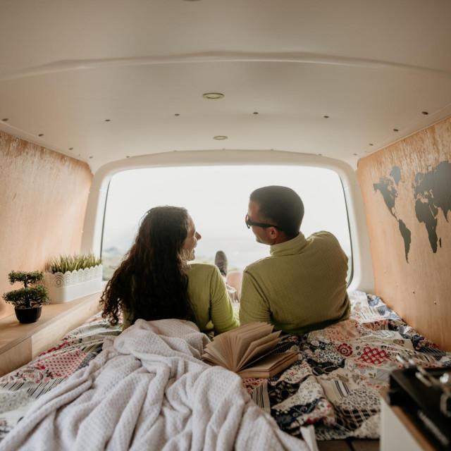 Genijalan projekt mladog para Šime i Yvette: od starog kombija stvorili predivan kamper koji nude u sklopu svoje nove agnecije