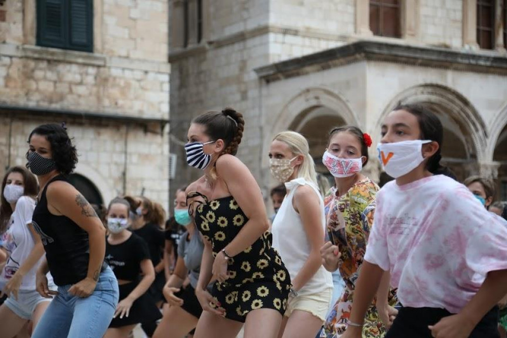 Flash mob - Plesačice i plesači Plesnog studia 3V nastupili na Stradunu