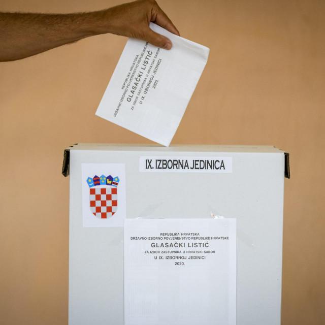 Sibenik, 050720.<br /> IX Izborna jedinica<br /> Gradjani glasaju na parlamentarnim izborima za 10. saziv Sabora.<br />