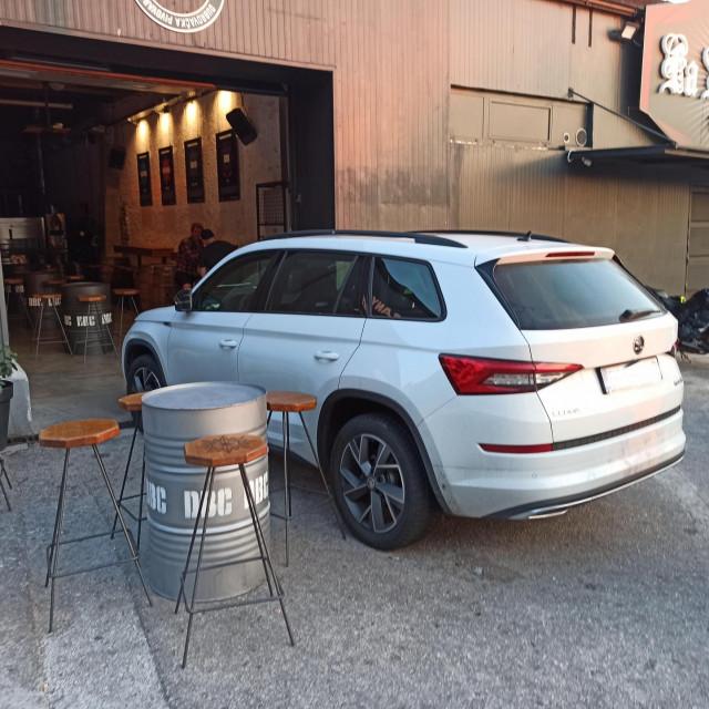 """Nesavjesni je vozač na """"originalni"""" način riješio problem parkiranja"""