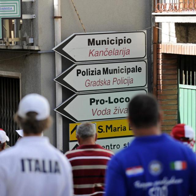 Ulica sa dvojezičnim natpisima u mjestu Kruč